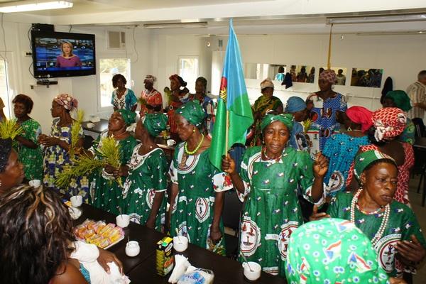 8 марта — государственный праздник, делегация женщин на стройке. Фото: Александр Африканец