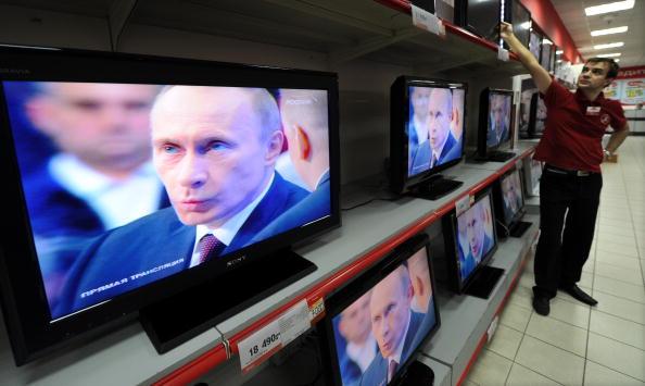 Премьер-министр РФ Владимир Путин общался в прямом эфире с россиянами. Свое обращение он начал с призыва 'ломать хребет терроризму'. Фото: NATALIA KOLESNIKOVA/AFP/Getty Images