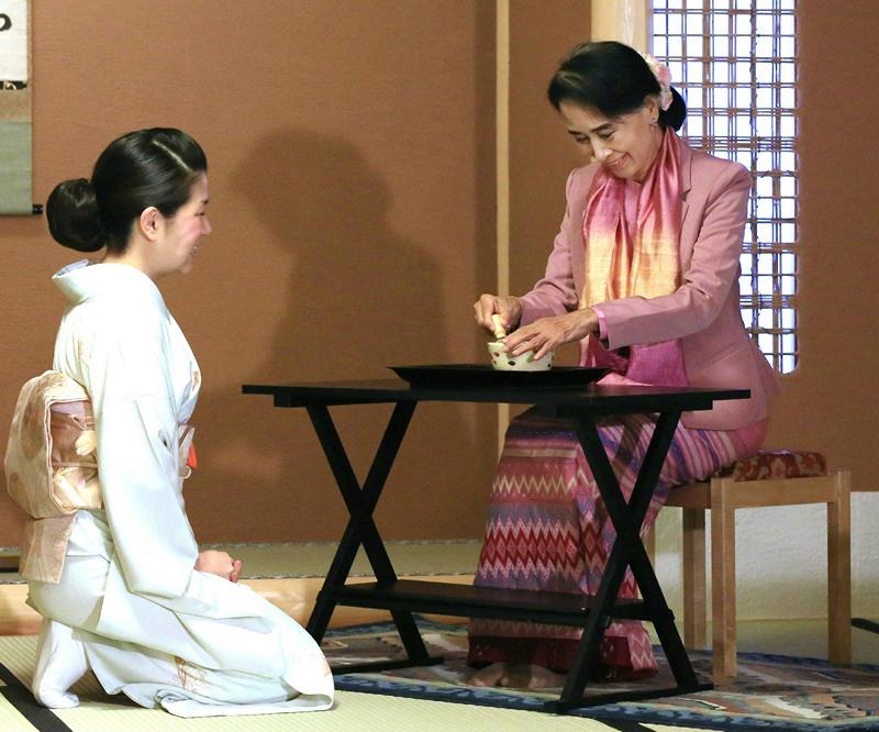 Киото, Япония, 15 апреля. Лидер оппозиции Мьянмы Аун Сан Су Чжи, находящаяся с недельным визитом в стране, принимает участие в чайной церемонии. Фото: STR/AFP/Getty Images