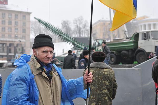 Несколько человек, находившихся в палаточном городке при демонтаже продолжают оставаться возле оцепленной милицией территории. Фото: Владимир Бородин/The Epoch Times Украина