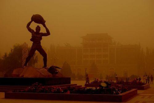 Песчаная буря. Провинция Ганьсу. 27 июня 2010 год. Фото с secretchina.com
