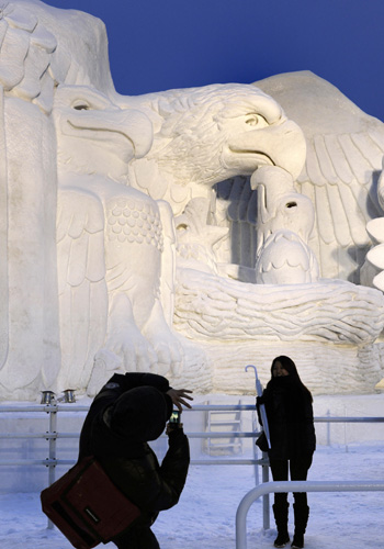 В рамках Снежного фестиваля проходит Международный конкурс снежных скульптур, в котором принимают участие команды из разных стран мира.Фото: KAZUHIRO NOGI/AFP/Getty Images