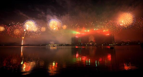 Фейерверк освещает небо вокруг отеля Атлантис в ходе официального торжественного открытия Palm Jumeirah в Дубаи 20 ноября 2008 года.
