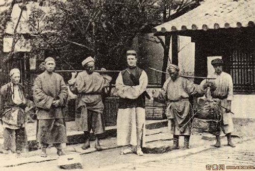 Моррисон в традиционной китайской одежде со своими китайскими носильщиками путешествует пешком по Китаю. Фото: Ernest Morrison