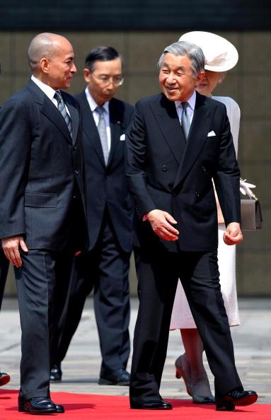 Король Камбоджи Нородом Сихэмони в сопровождении императора Японии Акихито, императрицы Мичико и наследного принца Нэрухито во время радушной церемонии приема в саду императорского дворца в Токио, Япония 17 мая 2010. Фото: Franck Robichon-Pool/Getty Image