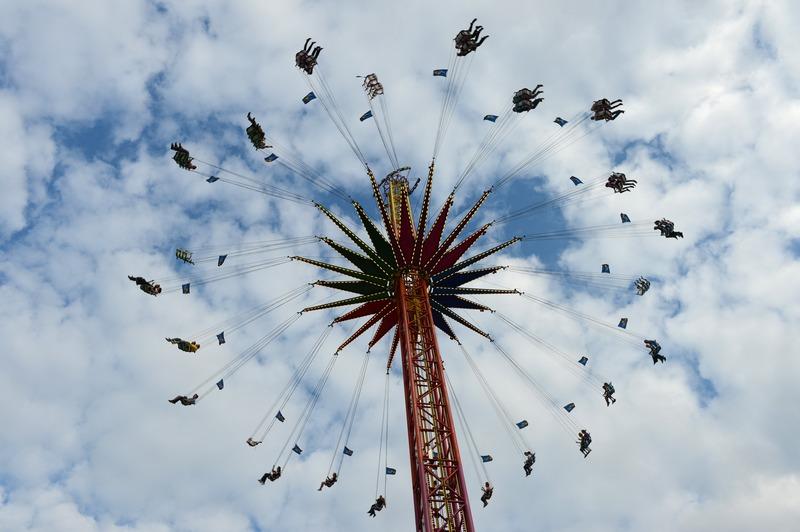 Херне, Германия, 8 августа. Карусель на ярмарке Cranger Kirmes — одной из крупнейших ярмарок в стране, привлекающей ежегодно до 4 млн посетителей. Фото: PATRIK STOLLARZ/AFP/GettyImages