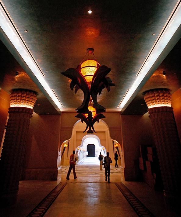 Люстры в форме дельфинов украшают коридор отеля Атлантис. Фото: MARWAN NAAMANI/AFP/Getty Images