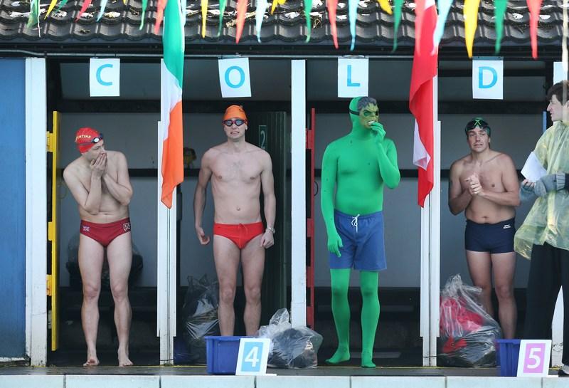 Лондон, Англия, 26 января. Участники Чемпионата по плаванию в холодной воде, проходящего на юге столицы в бассейне «Tooting Bec Lido», готовятся к старту. Фото: Peter Macdiarmid/Getty Images