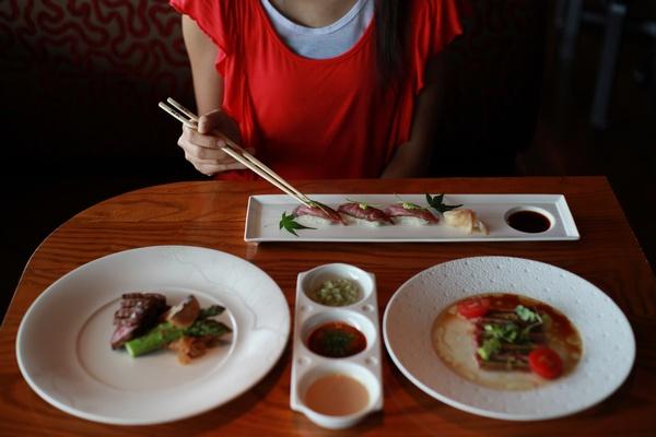 Благодаря своеобразию ингредиентов и способов их приготовления, японская еда привлекает всё большее внимание людей, заботящихся о своём здоровье. Фото: aaron tam/AFP/GettyImages