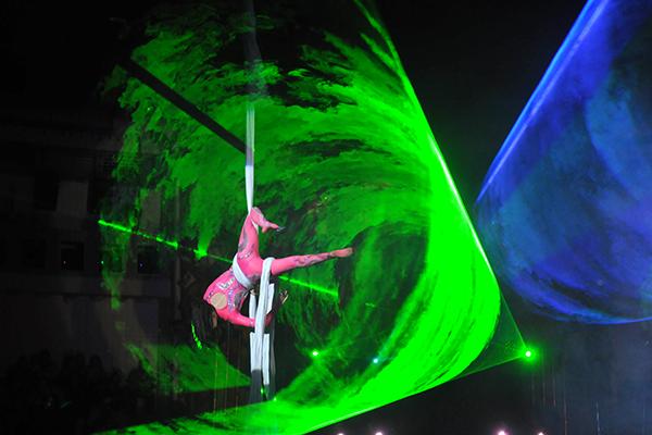 Выступление гимнасток на полотнах в Киевском цирке 27 января 2011 года. Фото: Владимир Бородин/The Epoch Times Украина