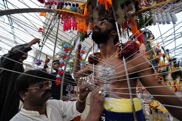 Ежегодно в конце января и в начале февраля в Азии отмечают праздник Тайпусам. Сингапур. 30 января 2010г. Фото: ROSLAN RAHMAN/AFP/Getty Images