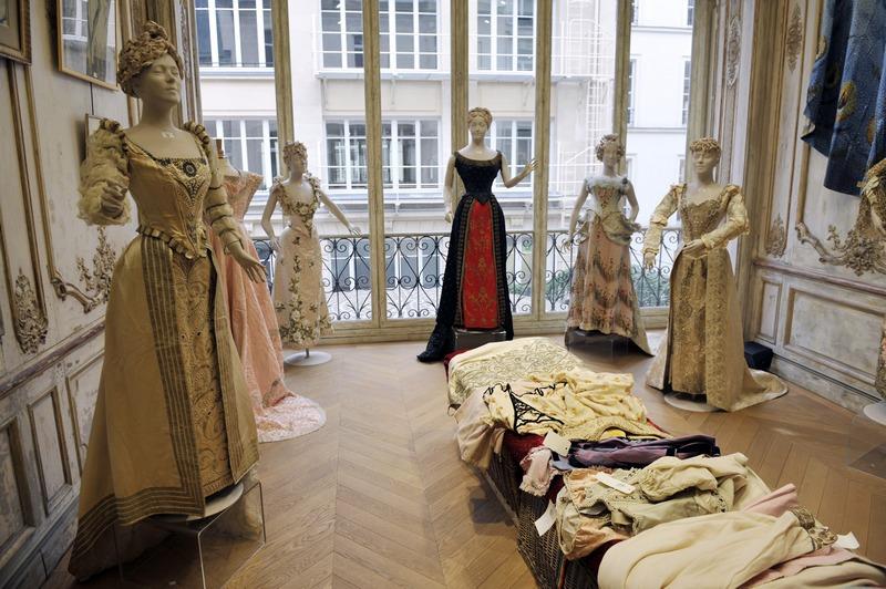 Париж, Франция, 23 января. Более 5000 костюмов и аксессуаров мюзик-холла «Casino de Paris», изготовленных в первой половине прошлого века, выставлены на аукционные торги. Фото: MEHDI FEDOUACH/AFP/Getty Images