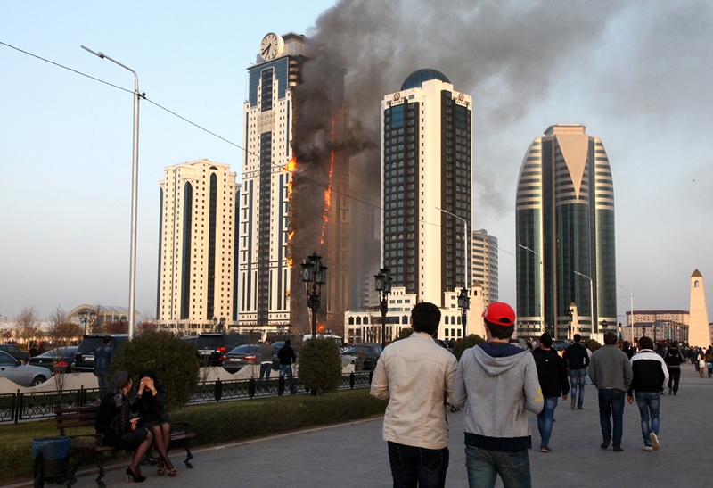 Грозный, Россия, 3 апреля. В столице Чеченской Республики загорелся один из группы небоскрёбов, которую власти Чечни преподносят как символ современного города. Фото: ELENA FITKULINA/AFP/Getty Images