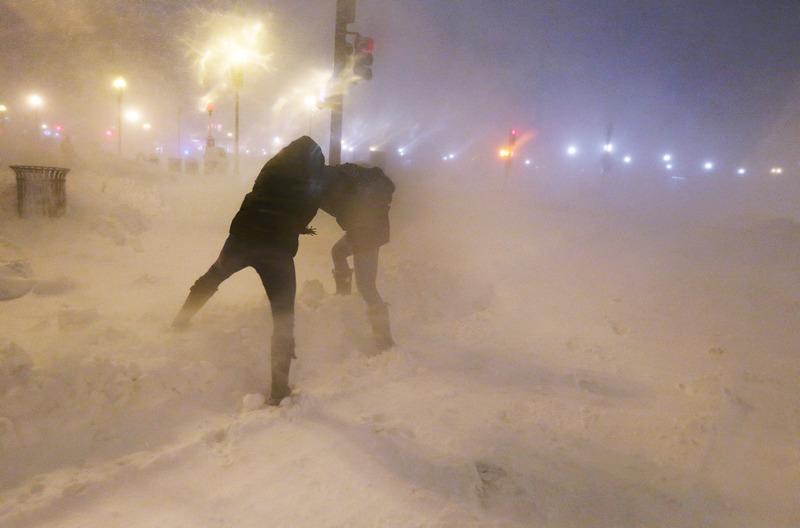 Бостон, США, 8 февраля. Новую Англию засыпал сильный снег. Прохожие пытаются защититься от сильного ветра. Фото: Mario Tama/Getty Images
