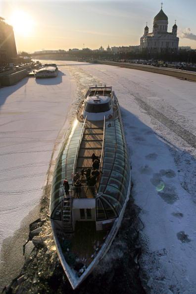 Ледокол на Москва-реке проламывает лед. Температура воздуха в столице России упала до -22 градусов Цельсия. Фото: Alexey SAZONOV/AFP/Getty Images