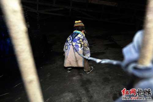 Эти дети каждый день вынуждены находиться на привязи около 10 часов, ожидая с работы родителей. Фото с secretchina.com