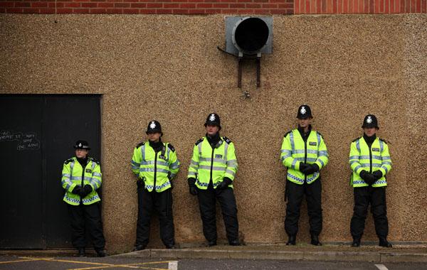 Полицейские следят за демонстрацией правоцентристской группы, выступающей против строительства исламских мечетей в Европе. Демонстрация была встречена оппонентами: мусульманами и левоцентристской группой. Лондон, Великобритания. Фото: Oli Scarff/Getty Ima