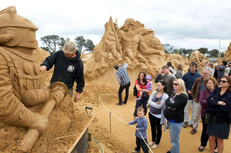 Фотохроника. Балдрик Бакл создаёт скульптуру «20 тысяч льё под водой». Фото: sandsculptingaustralia/facebook.com