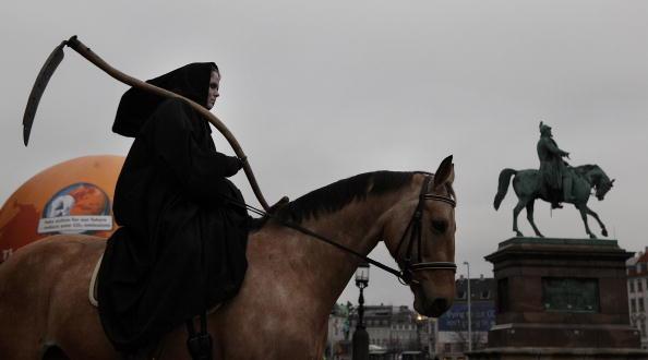 Член Гринписа одет в костюм «смерти» во время демонстраций в Копенгагене. Фото: Peter Macdiarmid/Getty Images