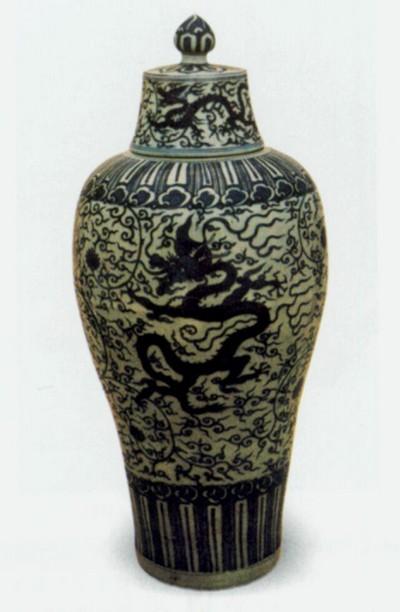 Бутыль с росписью. Высота 71 см. Династия Мин. Фото с aboluowang.com
