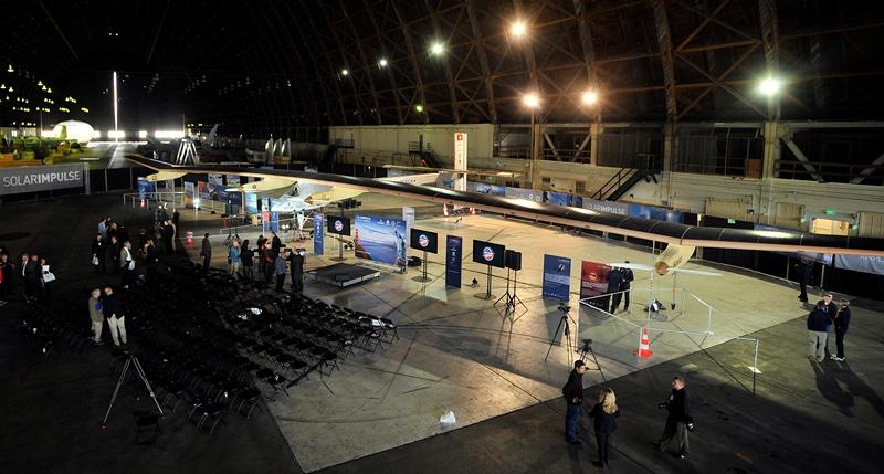 Лондон, Англия, 28 марта. Создатели самолёта «Солнечный импульс», использующего только энергию Солнца, собираются облететь на нём вокруг земного шара. Фото: Josh Edelson/AFP/Getty Images