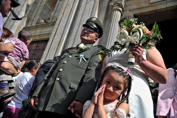 В один день 108 полицейских обвенчались в Кафедральном соборе Боготы, столице Колумбии. Фото: GUILLERMO LEGARIA/AFP/Getty Images