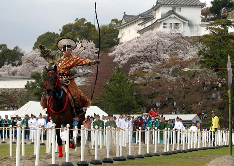 Химэдзи, Япония, 3 апреля. Лучник демонстрирует свои умения на празднике «всех богов». Фото: Buddhika Weerasinghe/Getty Images