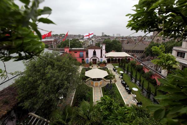 Стены другого дворика облицованы плиткой, над ними возвышаются деревья-гиганты: пальмы, фатсии и кордилины. Фото: Oli Scarff/Getty Images