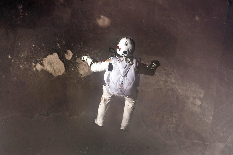 Стратосфера над Розуэллом, США, 15 октября. Австрийский пилот Феликс Баумгартнер совершил рекордный прыжок с высоты 39 км в рамках проекта Red Bull Stratos. Фото: Jay Nemeth/Red Bull Stratos/Content Pool via Getty Images