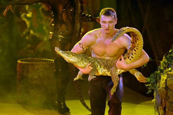 Артист Александр Чистяков демонстрирует борьбу с крокодилом на суше и в воде в Киевском цирке 27 января 2011 года. Фото: Владимир Бородин/The Epoch Times Украина