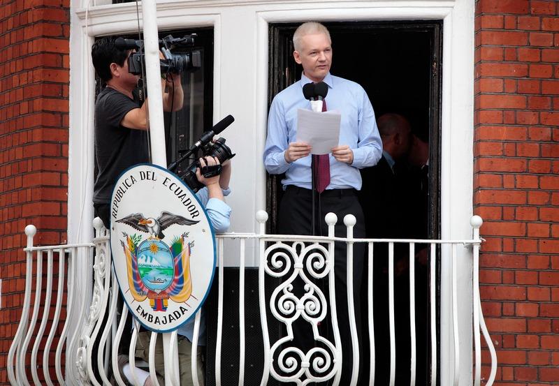 Лондон, Англия, 19 августа. Джулиан Ассанж вступает перед прессой, стоя на балконе посольства Эквадора. Фото: Rosie Hallam/Getty Images