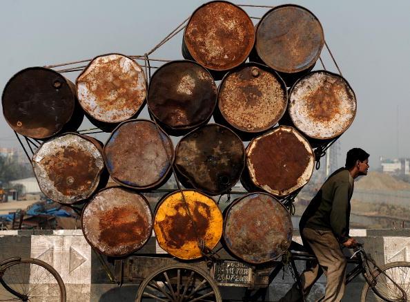 Индийский рикша в Нью-Дели транспортирует пустые бочки. 27 января 2010 года. Фото Манана Ватсяяна/ AFP / Getty Images