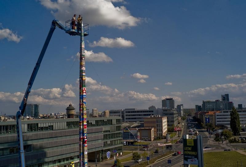 Прага, Чехия, 8 сентября. Датский сотрудник фирмы «Лего» вместе с чешскими детьми построили башню из конструктора «Лего» высотой 32,5 метра, что на 30 см выше башни, сконструированной в Англии. Фото: MICHAL CIZEK/AFP/GettyImages