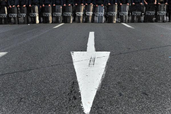Полицейские выстроились в линию напротив греческого парламента в Афинах. В Греции продолжаются протесты студентов. Фото: ARIS MESSINIS/AFP/Getty Images