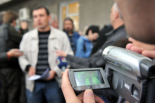 Оперативная съемка во время общественной акции 'Собирает ли СБУ информацию про меня?' возле общественной приемной Службы безопасности Украины в Киеве 29 сентября 2010 года. Фото: Владимир Бородин/The Epoch Times