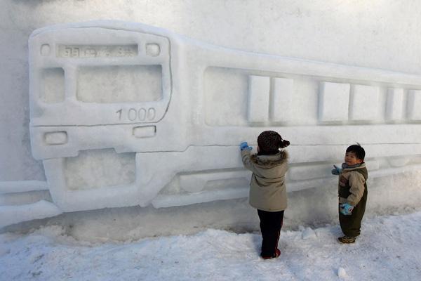 В рамках Снежного фестиваля проходит Международный конкурс снежных скульптур, в котором принимают участие команды из разных стран мира.Фото: Junko Kimura/Getty Images