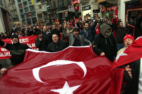 Турецкие националисты протестуют против действий турецкого правительства, которое пытается предоставить больше свободы курдам. Фото: BULENT KILIC/AFP/Getty Images