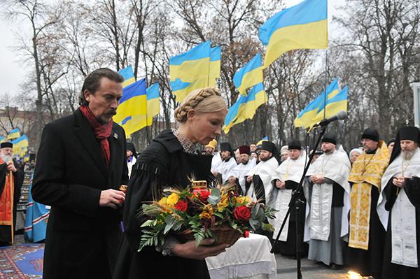 Юлия Тимошенко и Андрей Шкиль ставят памятные свечи во время мемориальных мероприятий ко Дню памяти жертв Голодомора в Киеве 27 ноября 2010 года. Фото: Владимир Бородин/The Epoch Times Украина