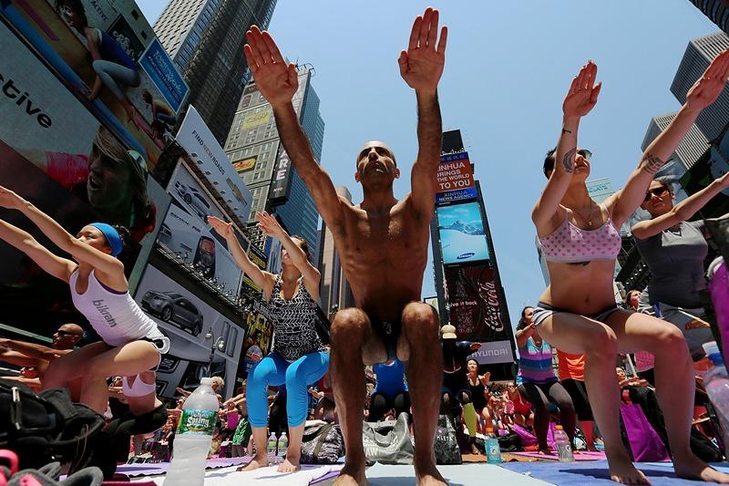 Нью-Йорк, США, 21 июня. Любители йоги встретили День летнего солнцестояния коллективной практикой йоги на Таймс-сквер. Фото: Mario Tama/Getty Images