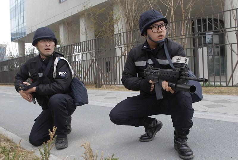 Йонги, Южная Корея, 17 апреля. Полиция принимает участие в учениях по борьбе с терроризмом, проводимых из-за обострения отношений с Северной Кореей. Фото: Chung Sung-Jun/Getty Images