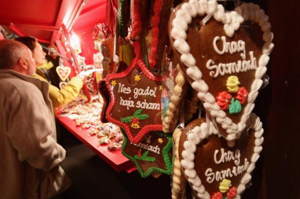 Во время празднования Хануки в Еврейском музее в Берлине организована ярмарка, на которой предлагают подогретое вино, еду, литературу на иврите и разные сувениры. Фото: Sean Gallup/Getty Images