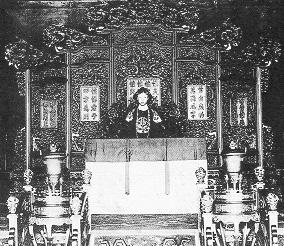 Маленький Пу И на троне. Фото с secretchina.com