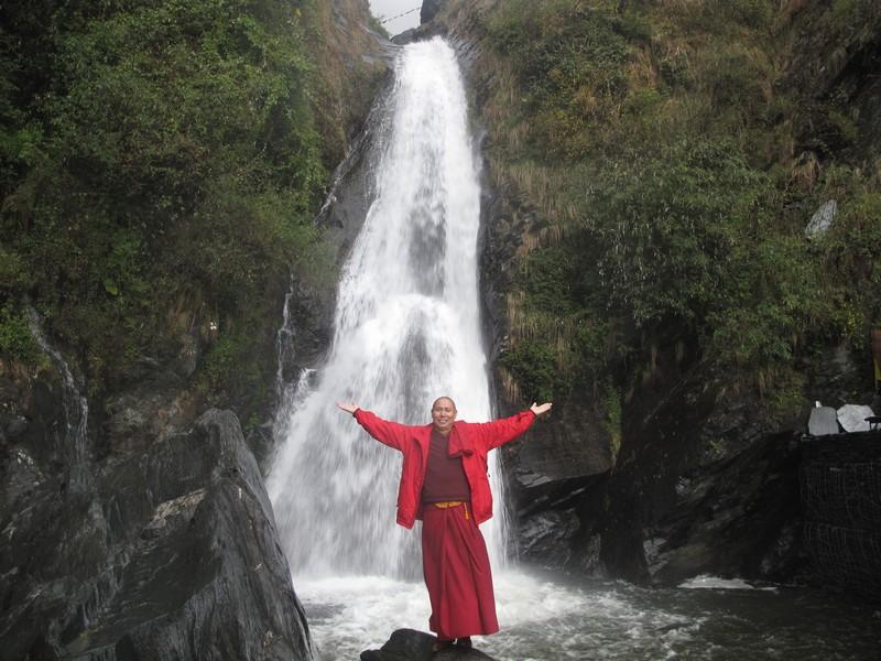 Прогулка в соседний район Баксу, где течёт большой водопад. Фото: Игорь Борзаковский/Великая Эпоха