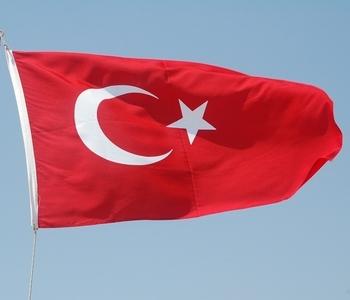 Красный цвет турецкого флага ведёт начало от Умара, правителя Арабского халифата в 634—644 г. и завоевателя Палестины, Египта и Месопотамии. В XIV в. красный цвет стал цветом Османской империи. Полумесяц со звездой — символ ислама. Фото:The Epoch Times Ук