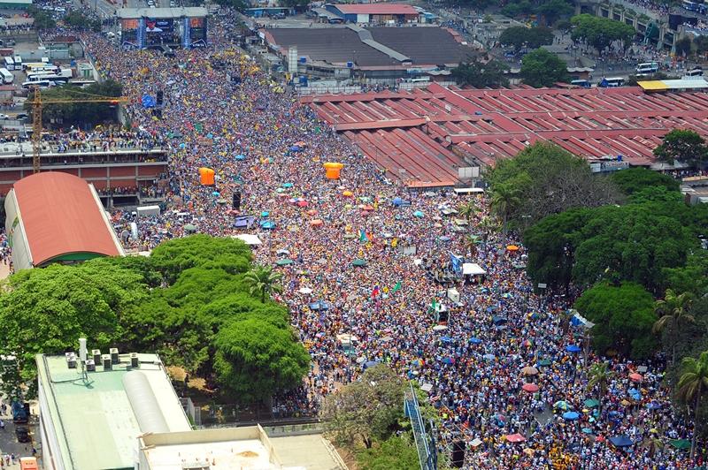 Каракас, Венесуэла, 7 апреля. Сторонники кандидата от оппозиции Энрике Каприлеса Радонски провели марш в поддержку своего лидера. Выборы в стране намечены на 14 апреля. Фото: LUIS CAMACHO/AFP/Getty Images
