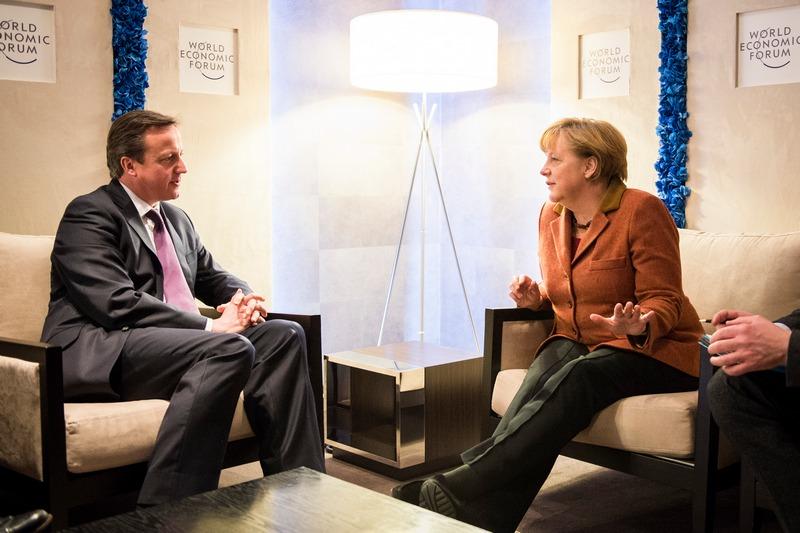 Давос, Швейцария, 24 января. Ангела Меркель беседует с Дэвидом Кэмероном на Всемирном экономическом форуме. Фото: Jesco Denzel/Bundesregierung — Pool via Getty Images