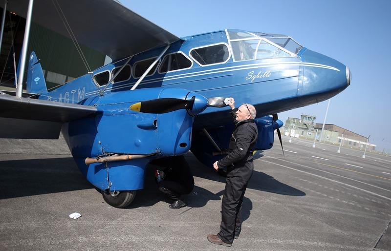 Ньюквей, Англия, 28 марта. На территории аэропорта открылся музей авиации, где разместились около 30 самолётов прошлого века. На фото — пассажирский биплан 30-х годов «de Havilland Dragon Rapide». Фото: Matt Cardy/Getty Images