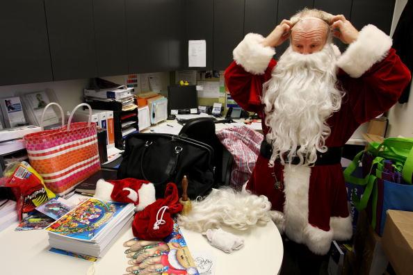 Актёр Фил Кейл одевается в костюм Санта Клауса для выступления в торговом центре Stanhope Gardens. Сидней, Австралия. Фото: Lisa Maree Williams/Getty Images