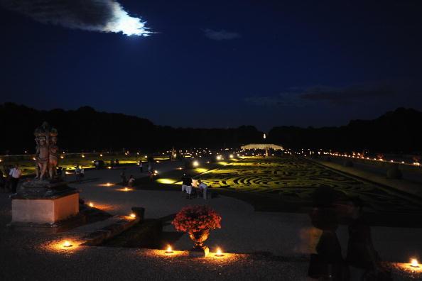 Летними вечерами замок предстает в свете тысячи свечей. Фото: Pascal Le Segretain / Getty Images