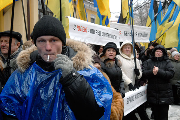 Сторонники обоих кандидатов собрались возле здания ВАСУ, чтобы поддержать своих избранников. Фото: Владимир Бородин/The Epoch Times